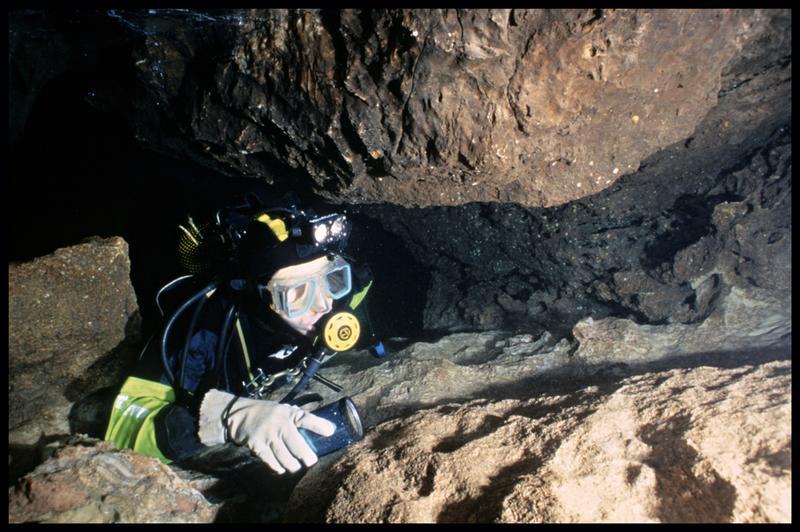 Vue sous-marine d'un plongeur dans le boyau de l'entrée supérieure (fouille J. Courtin, J. Clottes).