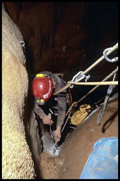 Vue de la mise en place de piton de l'échelle de descente dans le grand puits (fouille J. Courtin, J. Clottes).