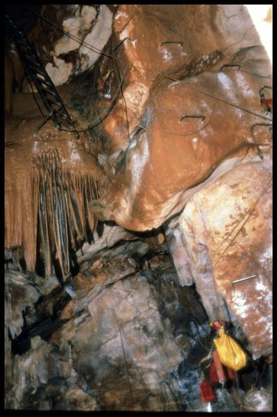 Vue des points d'accès pour la descente dans le grand puits (fouille J. Courtin, J. Clottes).