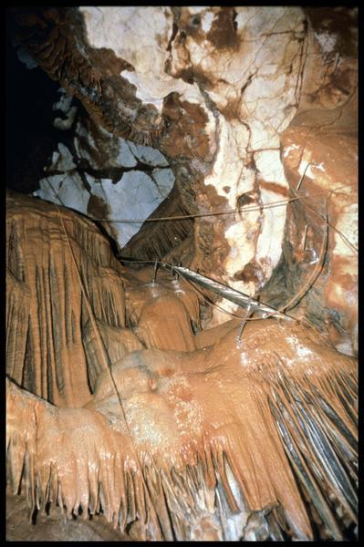 Vue de l'aménagement d'accès du grand puits (fouille J. Courtin, J. Clottes).