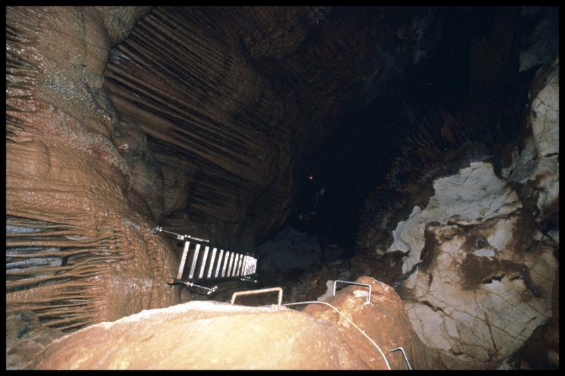 Vue de l'aménagement de l'accès au grand puits (fouille J. Courtin, J. Clottes).