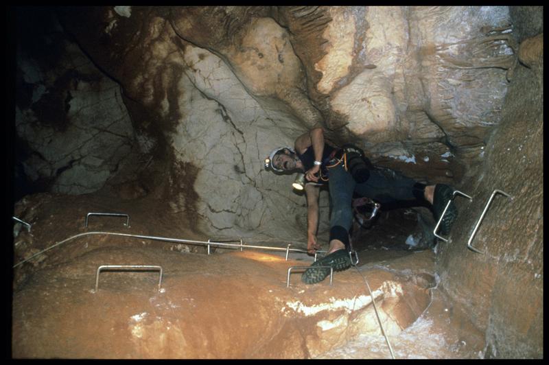 Vue de l'accès au grand puits par un spéléologue (fouille J. Courtin, J. Clottes).
