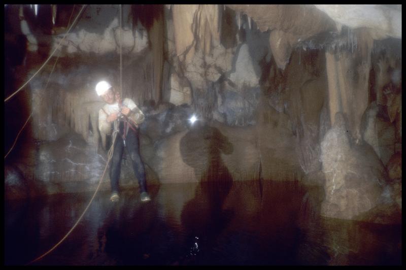 Vue d'un spéléologue au dessus du grand puits (fouille J. Courtin, J. Clottes).