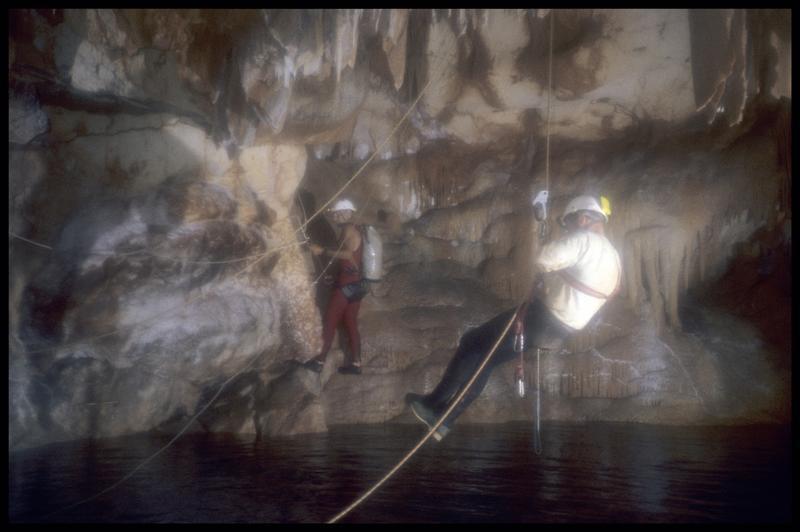 Vue de deux spéléologues au dessus du grand puits (fouille J. Courtin, J. Clottes).