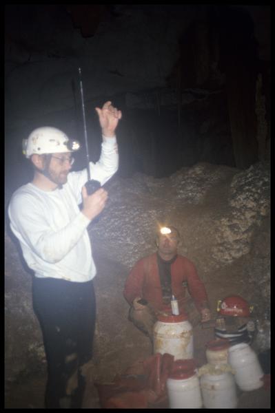 Vue de la liaison radio entre les équipes du grand puits et de l'accès haut (fouille J. Courtin, J. Clottes).
