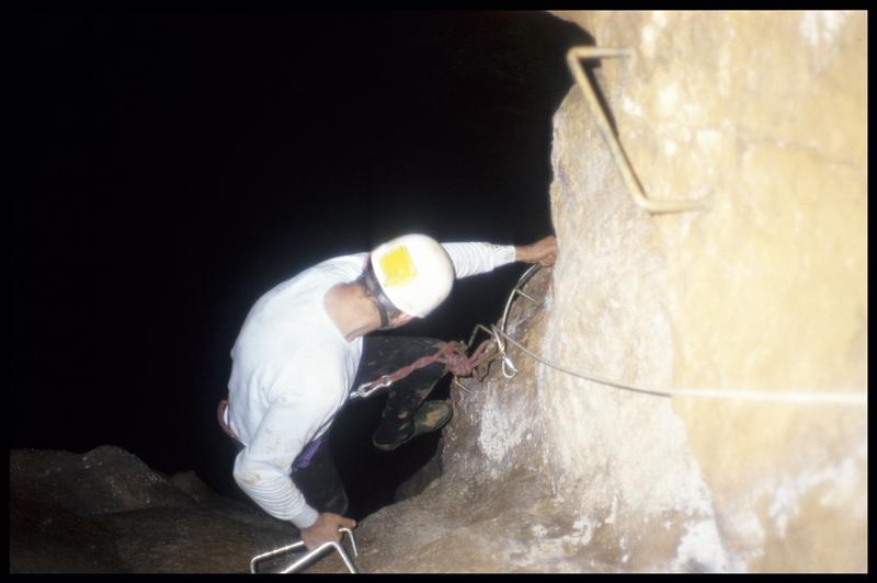Vue de la descente sur les marches pitonnées du grand puits (fouille J. Courtin, J. Clottes).