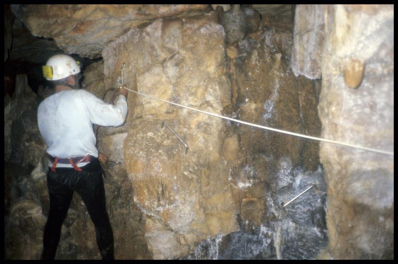 Vue du passage sur la paroi du grand puits (fouille J. Courtin, J. Clottes).