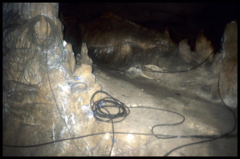 Vue des câble électrique dans le passage entre le grand puits et la plage (fouille J. Courtin, J. Clottes).