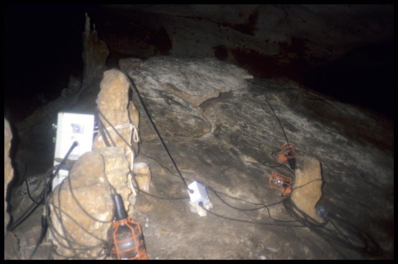 Vue du système d'éclairage à l'intérieur de la grotte (fouille J. Courtin, J. Clottes).