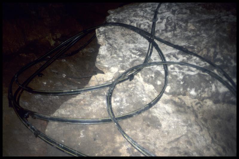 Vue des câbles électriques (fouille J. Courtin, J. Clottes).