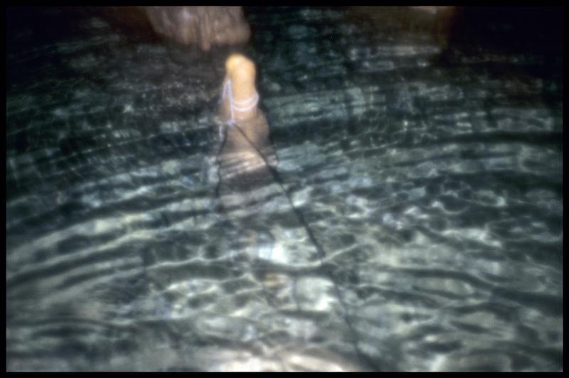 Vue du câble du sondeur sur une stalagmite (fouille J. Courtin, J. Clottes).