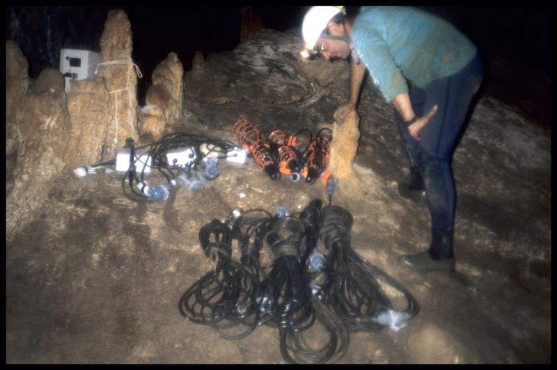 Vue des câbles et des lampes à remonter (fouille J. Courtin, J. Clottes).