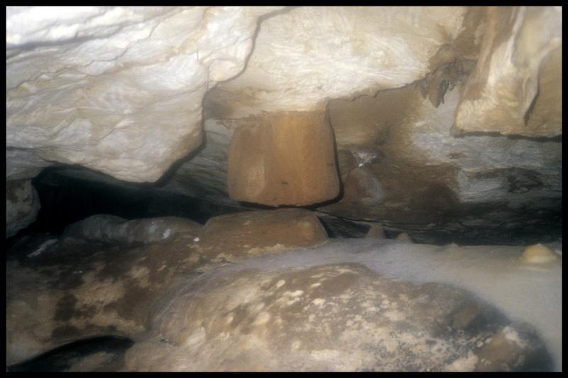 Vue d'un pilier stalagmitique tronqué (fouille J. Courtin, J. Clottes).