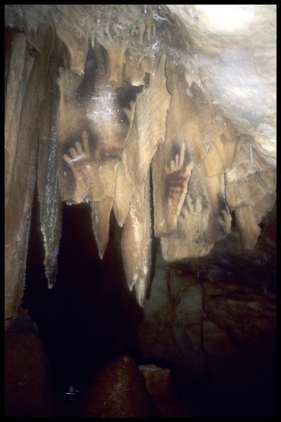 Vue de la paroi des mains dans le grand puits (fouille J. Courtin, J. Clottes).