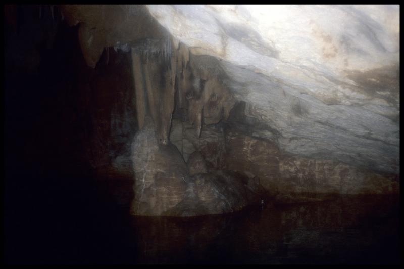 Vue de la paroi avec des peintures de mains dans le grand puits (fouille J. Courtin, J. Clottes).