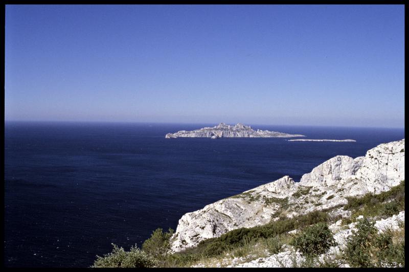 Vue de l'île de Riou depuis la falaise au dessus de la grotte (fouille J. Courtin, J. Clottes).