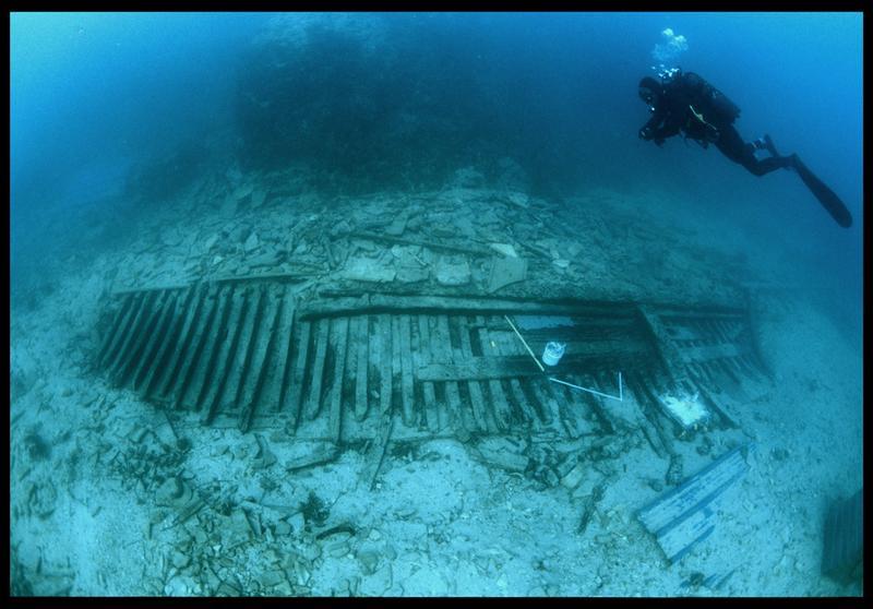 Vue sous-marine d'un plongeur au dessus de la carène (fouille S. Ximénès).