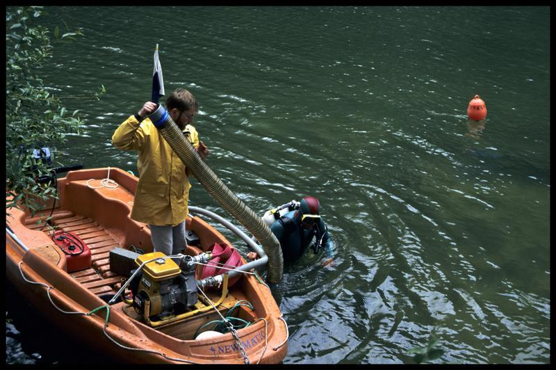 Vue du Newmatic et d'un plongeur installant la suceuse à eau (fouille Y. Billaud/Drassm).