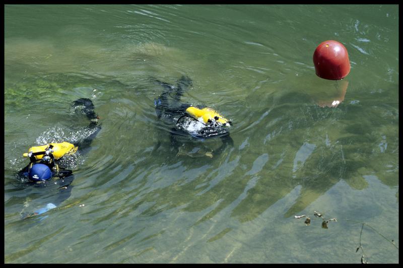 Vue de deux plongeurs depuis la surface et d'une balise du site (fouille Y. Billaud/Drassm).