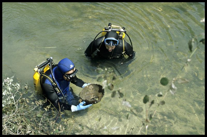 Vue de deux plongeurs remontant un col de vase à anses (fouille Y. Billaud/Drassm).