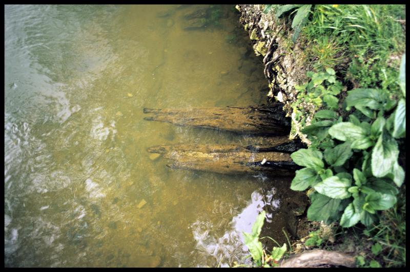 Vue des madriers de bois sous la berge du Bouillant (fouille Y. Billaud/Drassm).