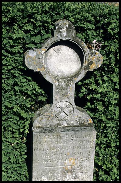 Vue d'une stèle funéraire du cimetière de Saint Simon (fouille J-P. Gailledreau).