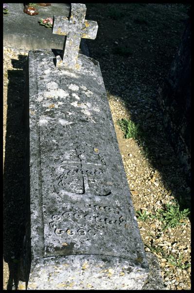 Vue d'une tombe du cimetière de Saint Simon (fouille J-P. Gailledreau).
