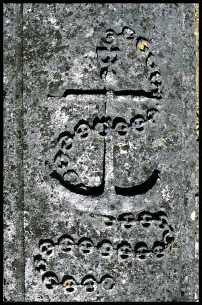 Vue de détail d'une tombe du cimetière de Saint Simon (fouille J-P. Gailledreau).