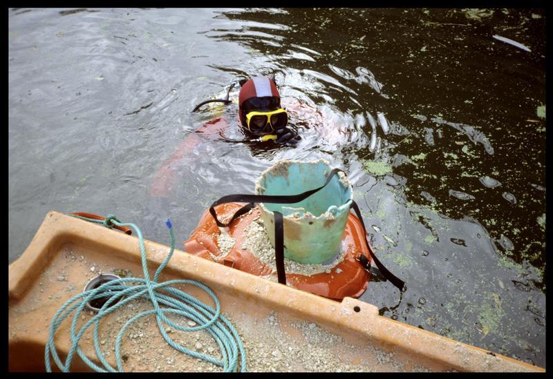 Vue d'un plongeur et du tube de déversement du réensablage (fouille E. Rieth).