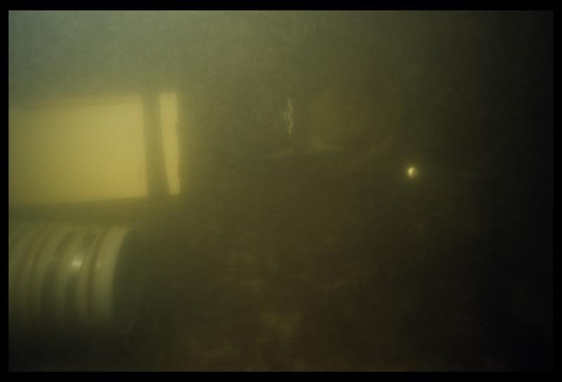 Vue sous-marine de la suceuse dévasant le bois d'une des épaves (fouille E. Rieth).