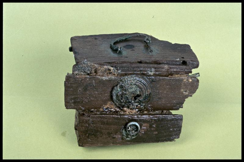 Vue d'une caisse de bois et ferrure de cuivre (fouille E. Rieth).
