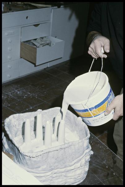 Vue de la coulée du plâtre rigidifiant le moule (fouille E. Rieth).