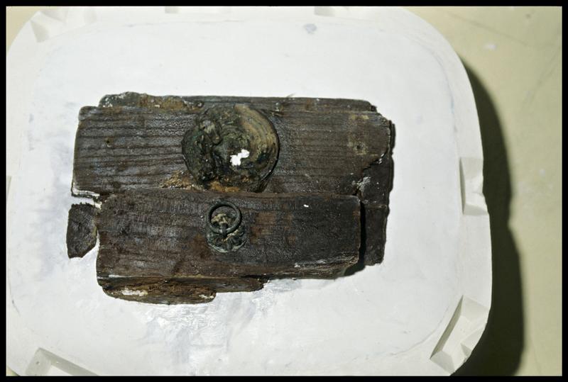 Vue du moulage d'une pièce de bois de la caisse (prise d'empreinte) (fouille E. Rieth).
