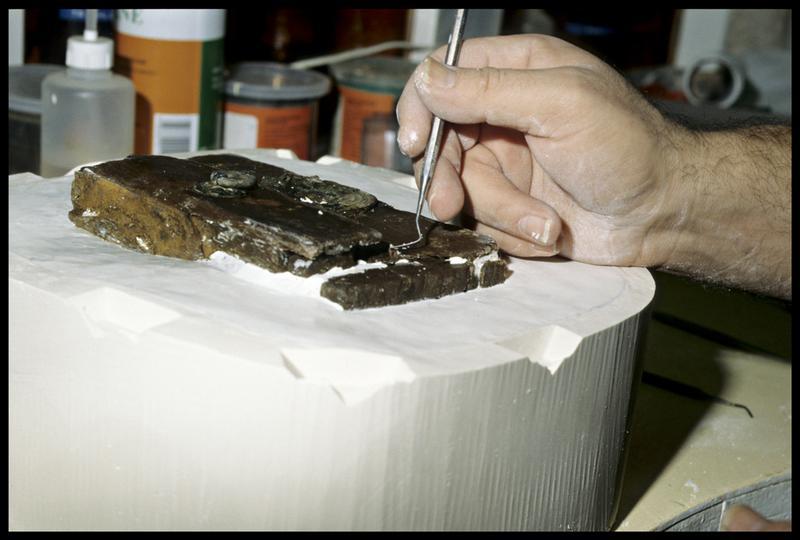 Vue du moulage et nettoyage d'une pièce de bois de la caisse (fouille E. Rieth).