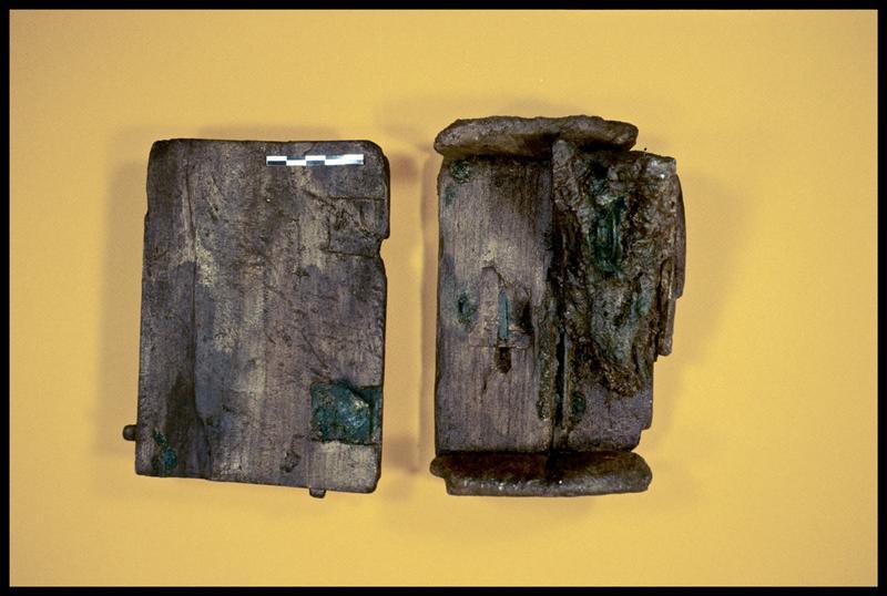 Vue de deux pièces de la caisse de bois (fouille E. Rieth).