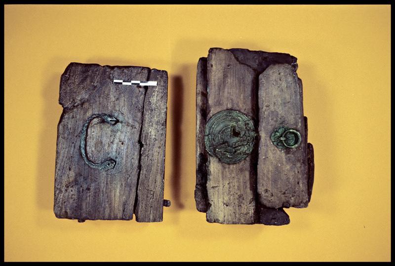 Vue de deux pièces de bois de la caisse avec ferrure de cuivre (fouille E. Rieth).