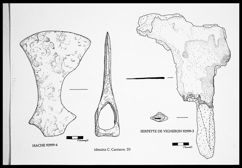 Vue de la planche du dessin d'une hache et d'une serpette de vigneron de fer (fouille E. Rieth).