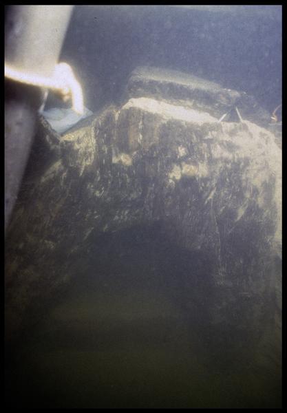 Vue sous-marine de détail de la carène in situ (fouille E. Rieth).