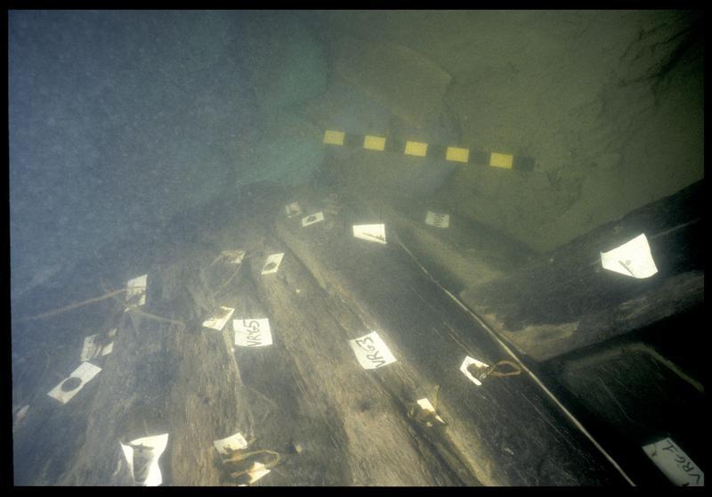 Vue sous-marine des virures de bordé VG1 à 7 in situ (fouille E. Rieth).
