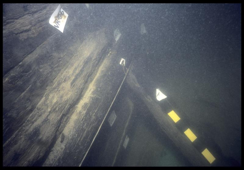Vue sous-marine des virures de bordé VG1 à 5 in situ (fouille E. Rieth).