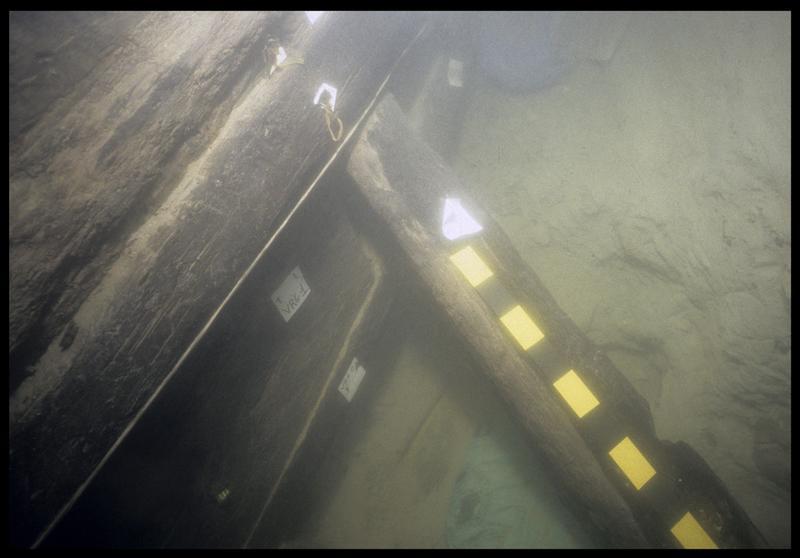 Vue sous-marine des virures de bordé VG1 à 3 in situ (fouille E. Rieth).