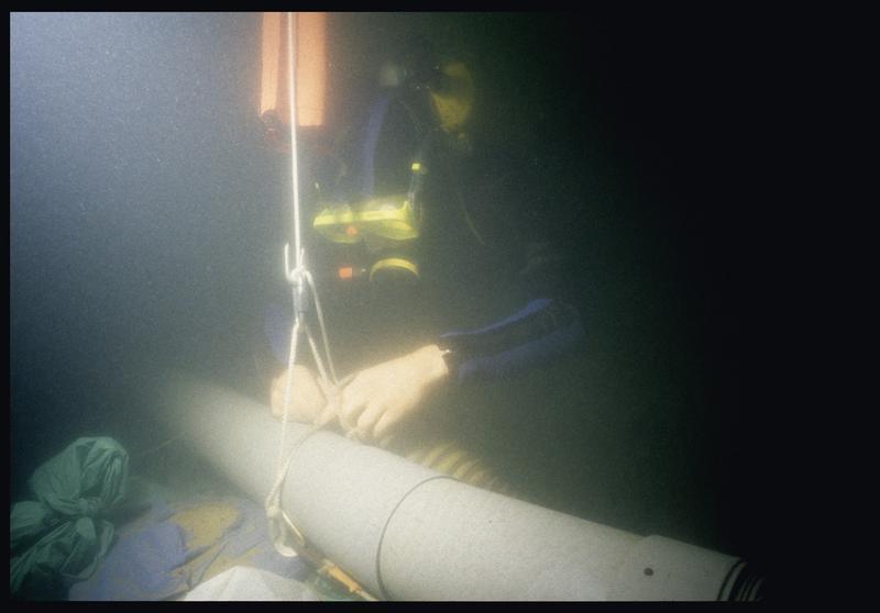 Vue sous-marine d'un plongeur fixant la suceuse à eau (fouille E. Rieth).