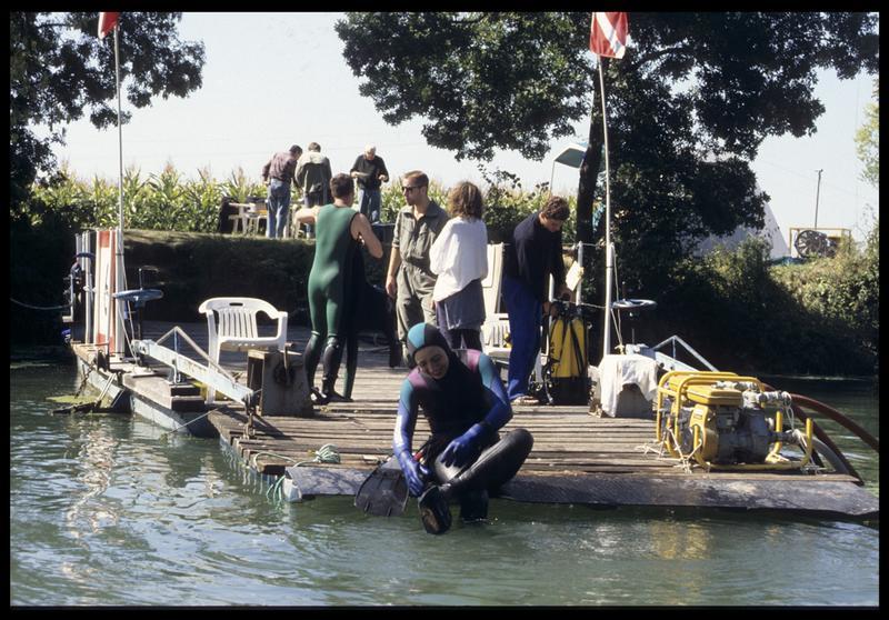 Vue des plongeurs et des motopompes sur le ponton (fouille E. Rieth).