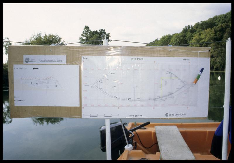 Vue des plan et des dessins sur le panneau du ponton (fouille E. Rieth).