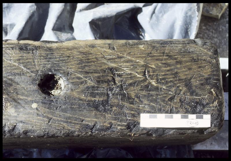 Vue de détail d'un trou de chevillage et des traces d'outil sur la pièce de bois TV10 (fouille E. Rieth).