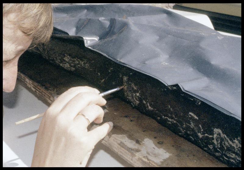 Vue du nettoyage de la pièce de bois PLI3 (fouille E. Rieth).