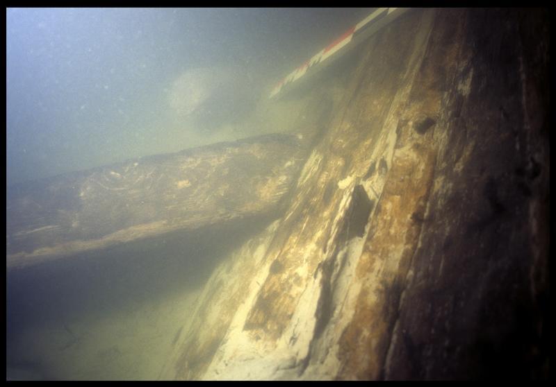 Vue sous-marine des bois de la carène in situ (fouille E. Rieth).