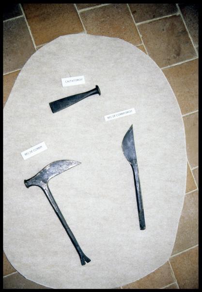 Vue d'un calfat et de deux becs de corbin (fouille E. Rieth).