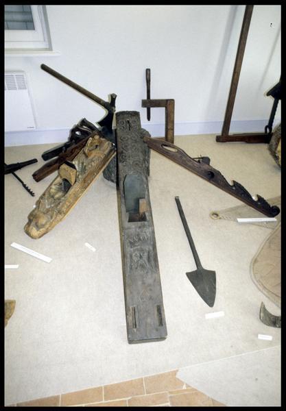 Vue d'une série de rabot et d'outil pour calfater (fouille E. Rieth).