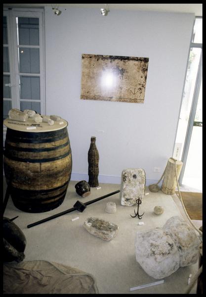 Vue d'éléments d'ancrage (pierre et grappin), d'un tonneau de bois et de céramiques (fouille E. Rieth).